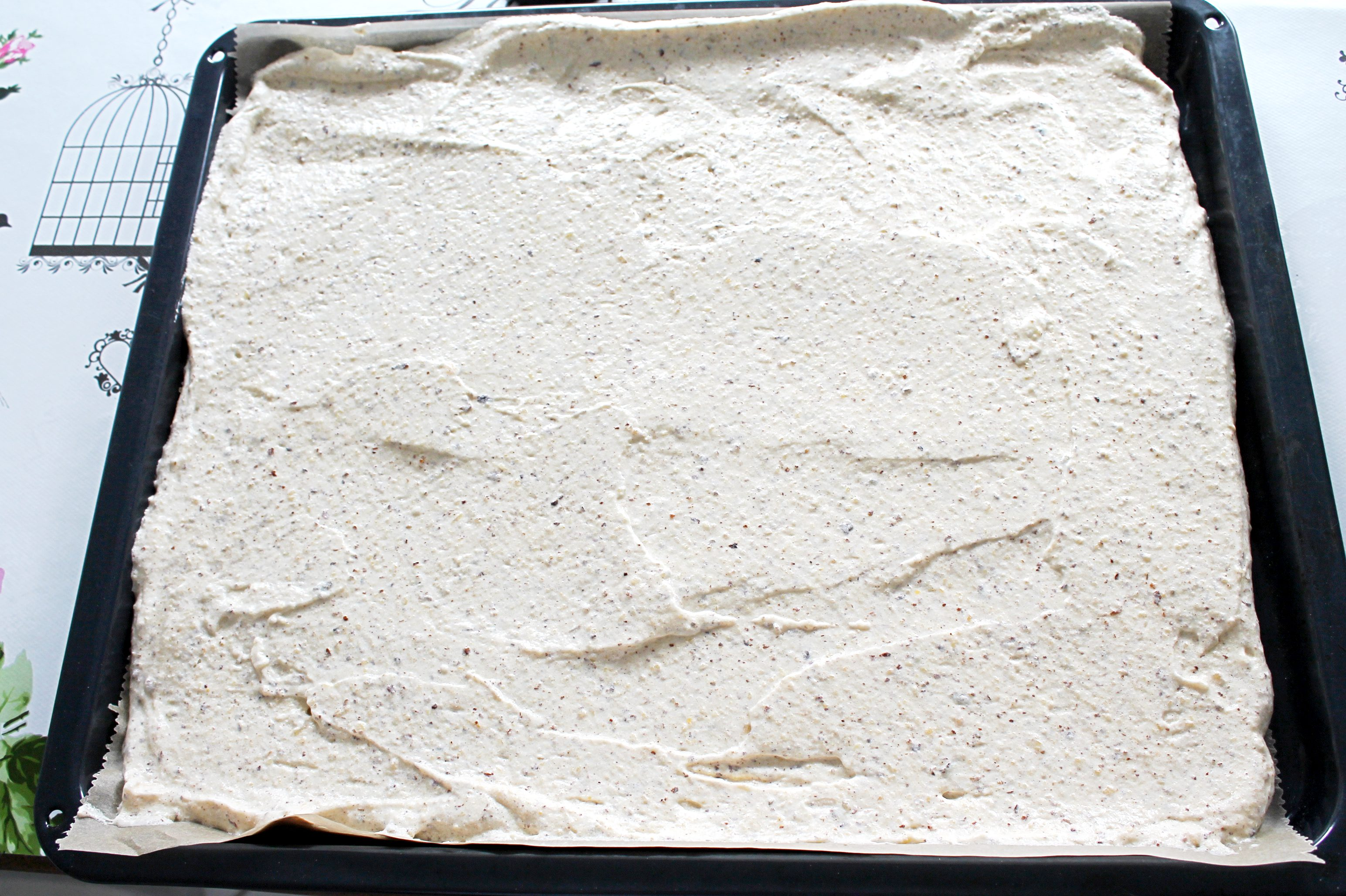 Den Teig der Esterhazy Torte auf ein Backblech streichen und backen