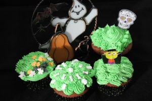 Grün dekorierte Schoko-Rum Halloween Cupcakes