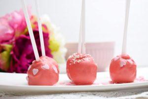 Rote Cake Pops dekoriert mit Perlen und Zuckerherzen