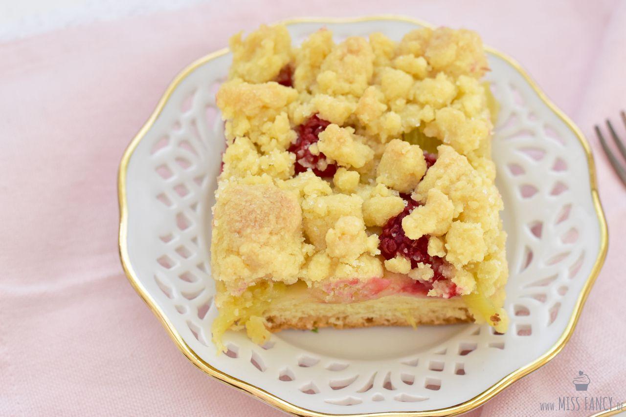 Himbeer-Rhabarber-Streuselkuchen